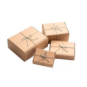 Pudełka leżące na białym tle jako grafika przedstawiająca pakowanie na prezent.